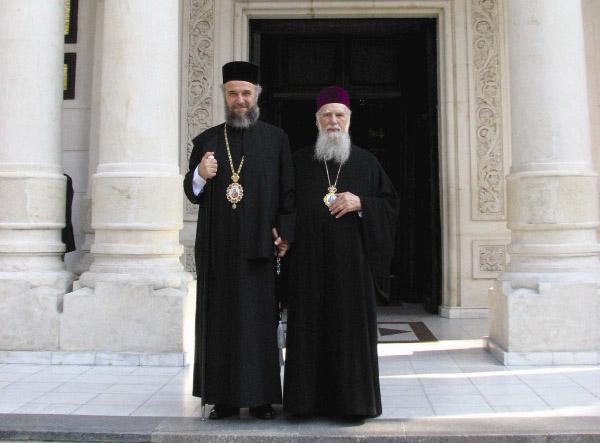 ÎPS Arhiepiscop Casian şi ÎPS Arhiepiscop Gherasim în faţa Catedralei Arhiepiscopale din Galaţi