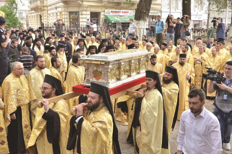 Moaştele Sfântului Voievod Martir Constantin Brâncoveanu binecuvântând  poporul dreptcinstitor
