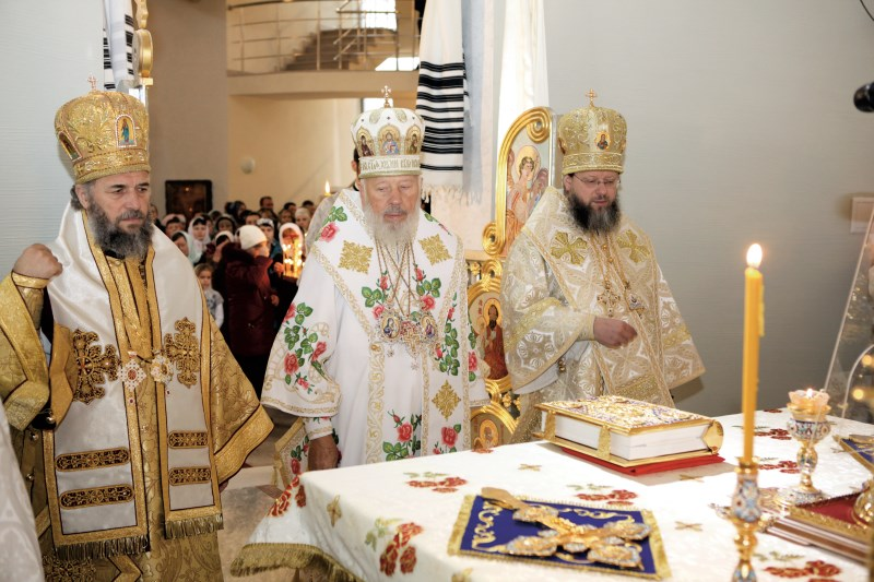Foto document (Kiev, 21 noiembrie 2010): Înaltpreasfinţitul Părinte Arhiepiscop Casian slujind Sfânta Liturghie alături de Preafericitul Părinte Vladimir, Mitropolitul Kievului şi al întregii Ucraine