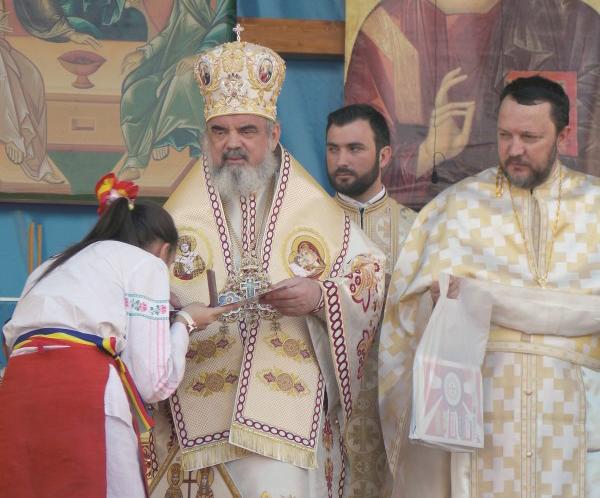Preafericitul Părinte Patriarh Daniel premiind pe reprezentanta eparhiei noastre