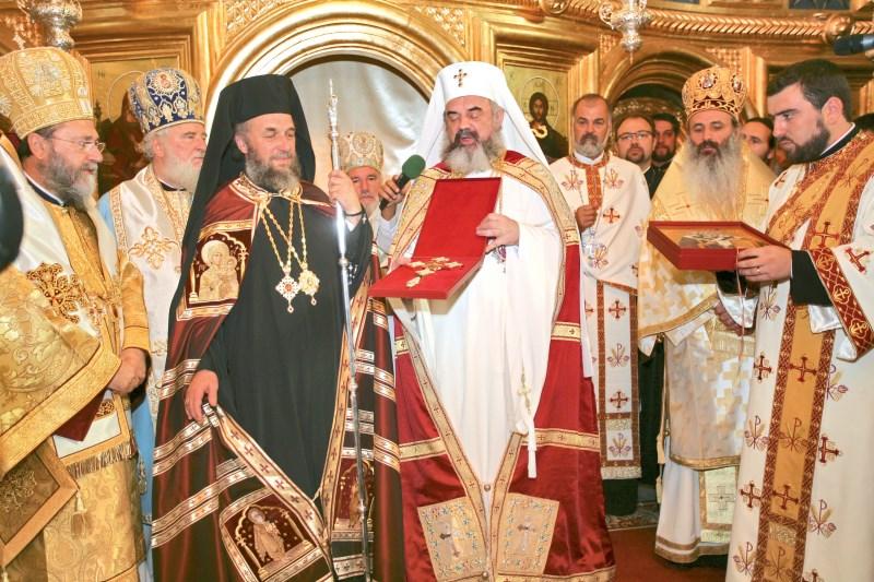 27 septembrie 2009: Preafericitul Părinte Patriarh Daniel oferind Înaltpreasfinţitului Părinte Arhiepiscop Casian o cruce de binecuvântare, cu ocazia ridicării Eparhiei Dunării de Jos la rangul de Arhiepiscopie