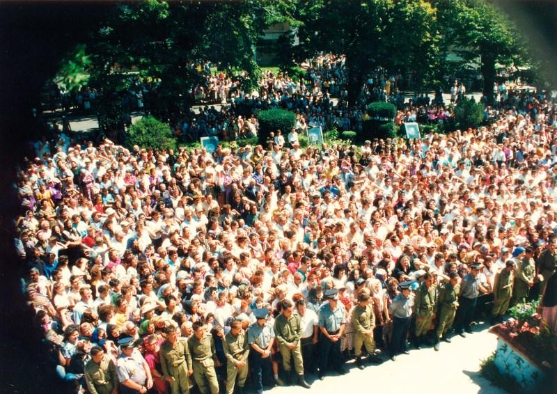 24 iulie 1994: Poporul de la Dunărea de Jos venit la catedrală să primească binecuvântarea noului ierarh