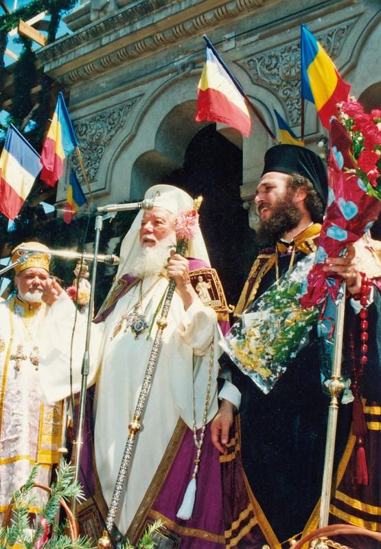 Aspect de la întronizarea Chiriarhului Dunării de Jos la 24 iulie 1994: În centru - fericitul întru pomenire Patriarh Teoctist. În stânga imaginii - vrednicul de pomenire Mitropolit Antonie Plămădeală. În dreapta imaginii - noul chiriarh al Dunării de Jos, PS dr. Casian Crăciun