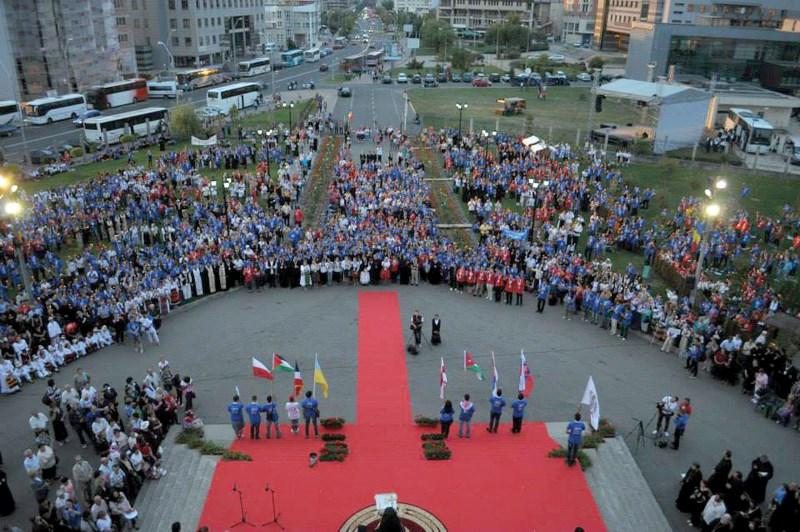Tineri participanţi la reuniune, în faţa Catedralei din Baia Mare