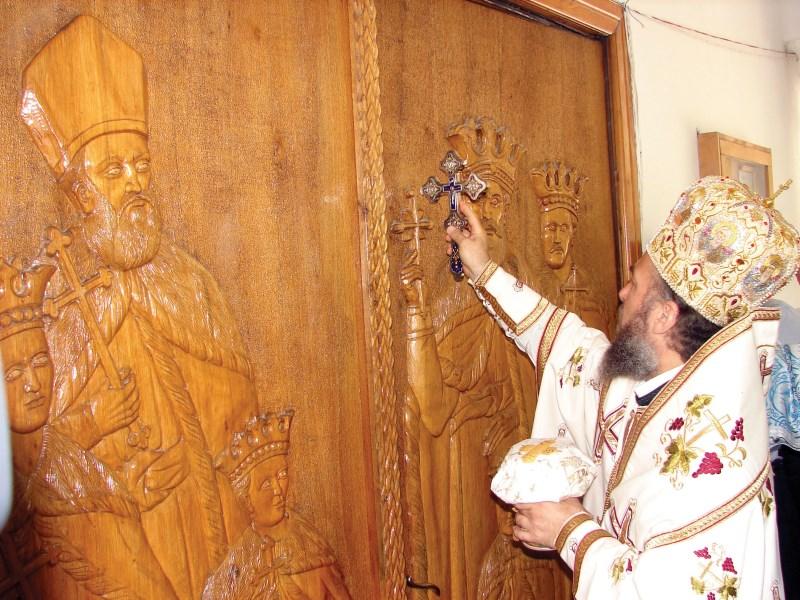 Chipurile Sfinţilor Brâncoveni sculptate pe uşile sfântului lăcaş