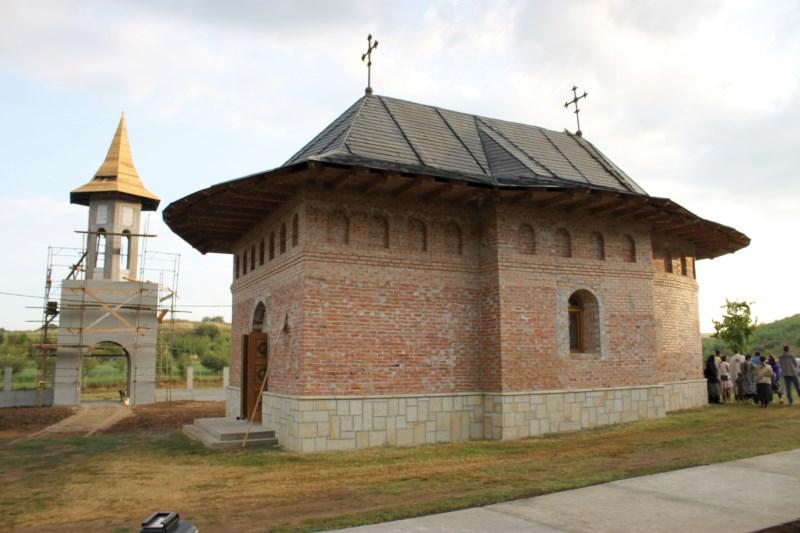 Biserica veche (restaurată) a Mănăstirii Cârlomăneşti