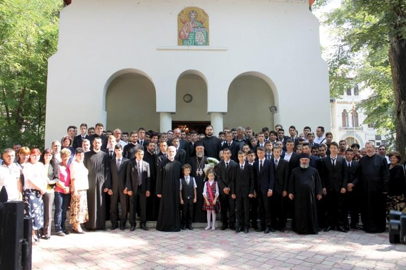 Înaltpreasfinţitul Părinte Arhiepiscop Casian în mijlocul preoţilor, profesorilor, părinţilor şi elevilor, la începutul unui nou an şcolar