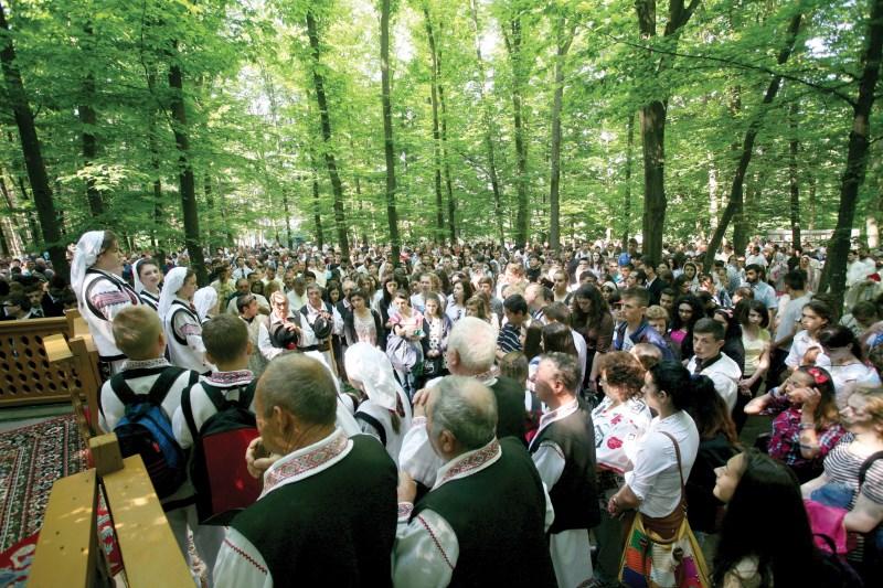 Tinerii liceeni din eparhie alături de profesorii lor de religie la hramul Mănăstirii Buciumeni, judeţul Galaţi