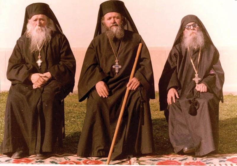 Stareţul Victorin Oanele alături de cei doi mari duhovnici ai Sihăstriei: Părintele Cleopa Ilie (stânga) şi părintele Paisie Olaru (dreapta)