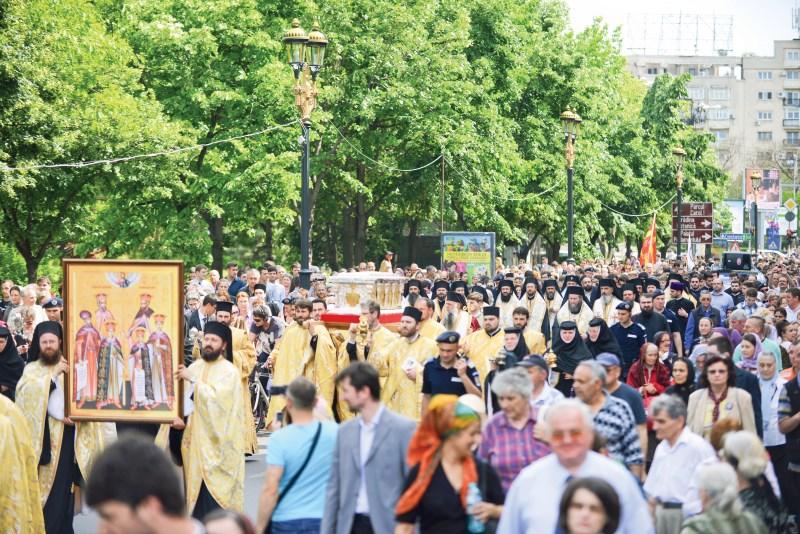 procesiune mare pe strazi