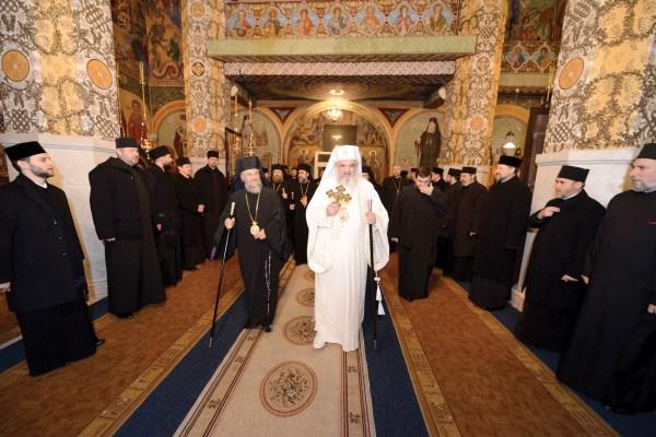 """Preafericitul Părinte Patriarh Daniel şi Înaltpreasfinţitul Părinte Arhiepiscop Casian în biserica ,,Sfântul Ierarh Nicolae"""" din Galaţi"""