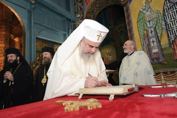 Preafericitul Părinte Patriarh Daniel însemnând în Cartea Sfântă