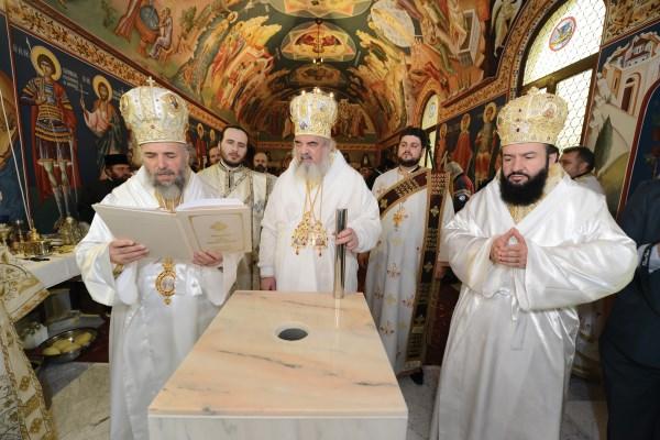 Sfinţirea mesei Sfântului Altar