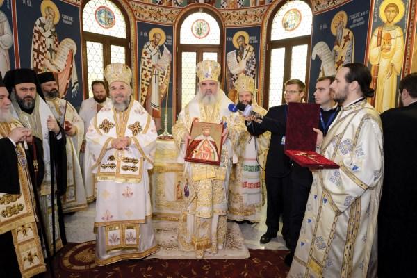 Preafericitul Părinte Patriarh Daniel oferind Înaltpreasfinţitului Părinte Arhiepiscop Casian o icoană a Sfântului Constantin Brâncoveanu ce conţine o părticică din sfintele sale moaşte