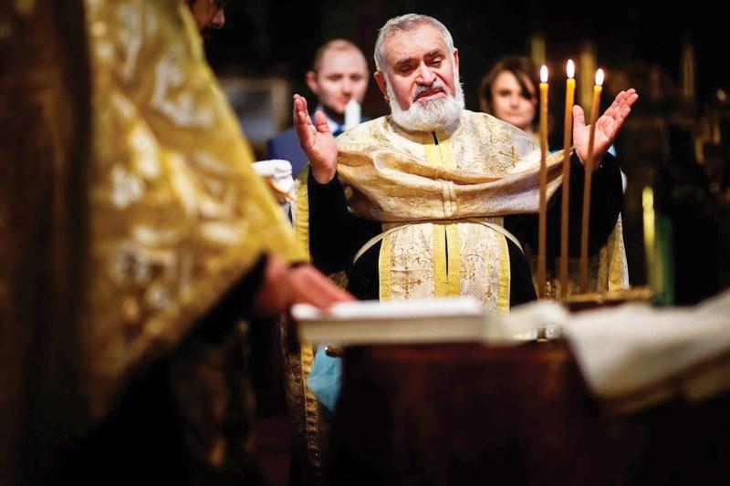 Pr. Ionel Ostache slujind la Taina Sfântului Botez
