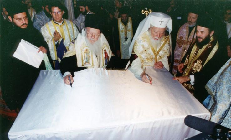 12 octombrie 2000: Sanctitatea Sa, Bartolomeu I, Patriarhul Ecumenic al Constantinopolului alături de Părintele Patriarh Teoctist sfinţind altarul Catedralei Arhiepiscopale
