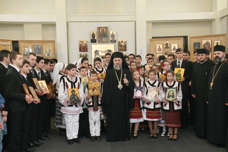 Înaltpreasfinţitul Părinte Arhiepiscop Casian în mijlocul tinerilor iconari din eparhie, la sărbătoarea Duminicii Ortodoxiei