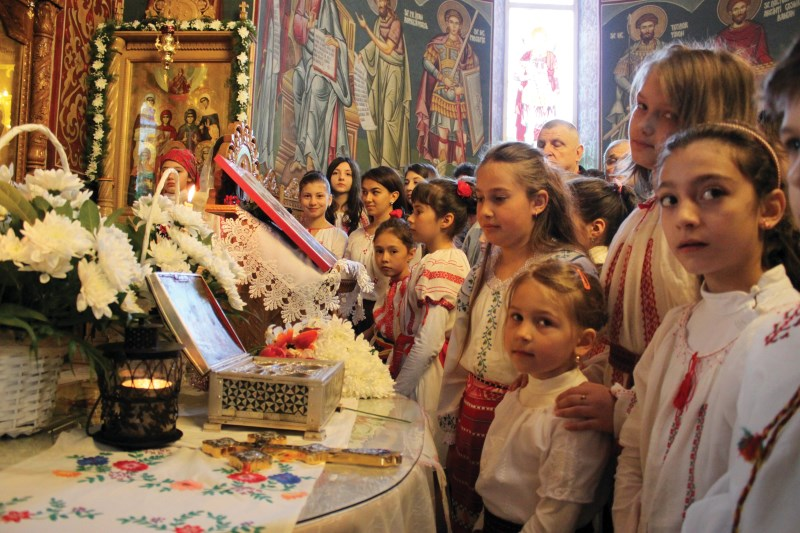 """Tineri creştini prezenţi la hramul Bisericii ,,Sf. Antim şi Sf. Mironosiţe"""" din Galaţi"""