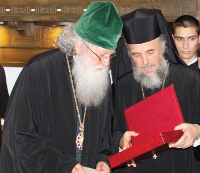 ÎPS Arhiepiscop Casian înmânează PF Patriarh Neofit mesajul şi o icoană din partea Preafericitului Părinte Daniel, Patriarhul Bisericii Ortodoxe Române