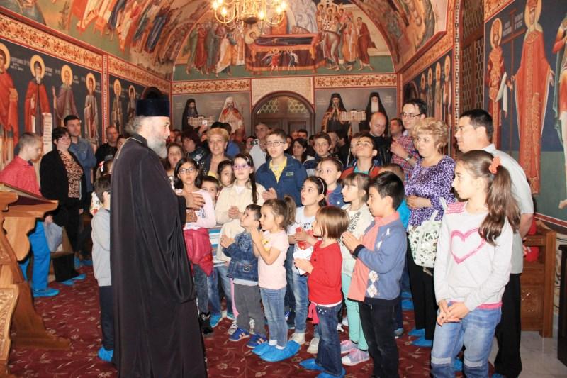 ÎPS Casian alături de copii la capela Muzeului Istoriei, Culturii şi Spiritualităţii la Dunărea de Jos