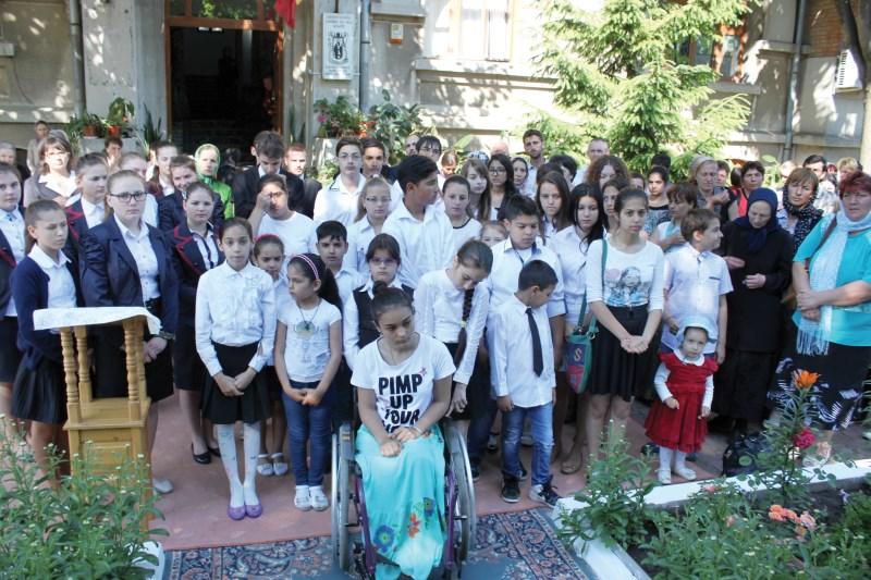Tineri participanţi la Sfânta Liturghie