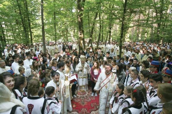 """Aspect din timpul Sfintei Liturghi în catedrala """"cu vitralii foşnitoare"""""""