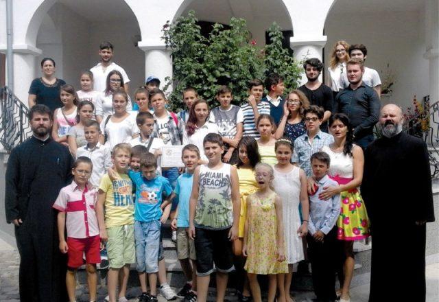 """Şcolarii  din  Insula  Mare  a  Brăilei,  oaspeţi  ai  parohiei  """"Sfinţii  Trei  Ierarhi"""""""