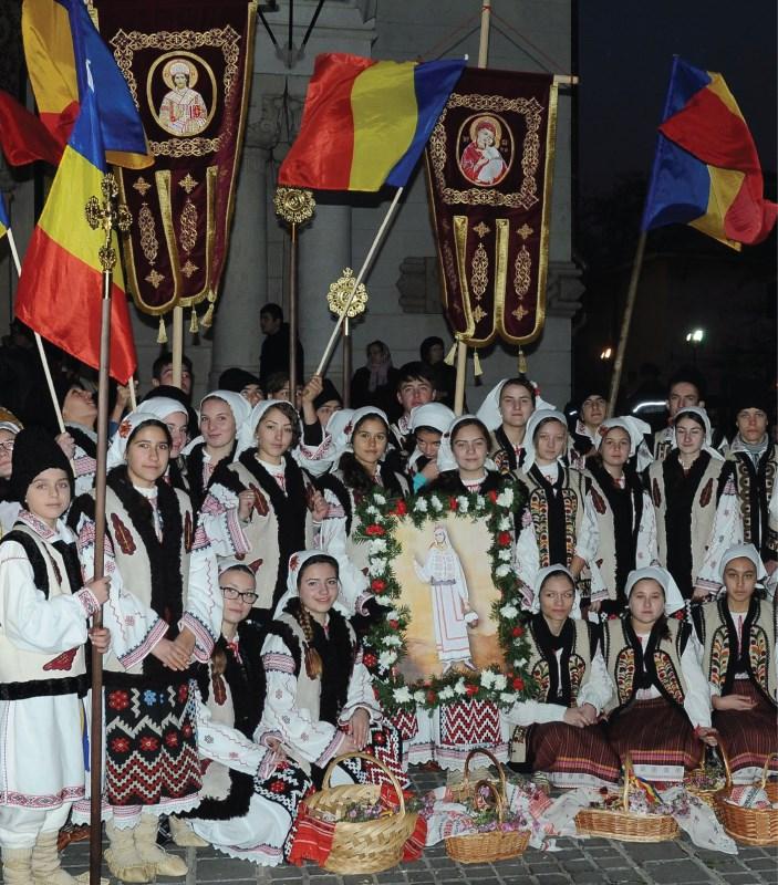 Tineri în port tradițional, la Sfânta Filofteia