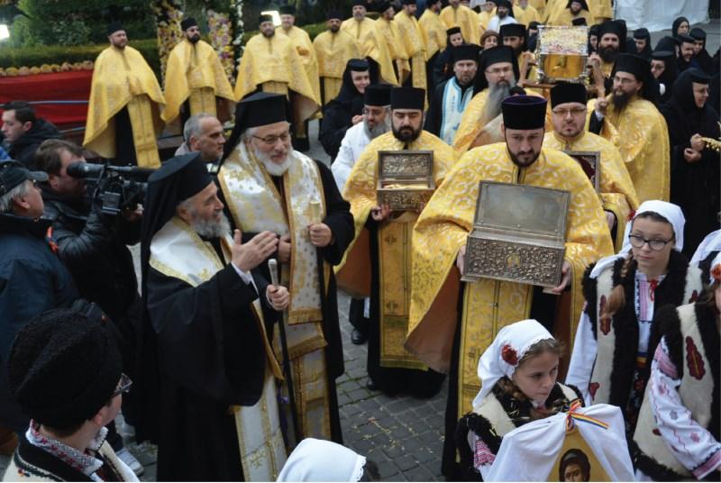 Raclele cu Sfintele Moaștele, în procesiune